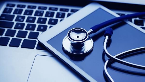 Las aplicaciones tecnológicas de medicina permiten resolver consultas sencillas sin moverse de casa (iStock)