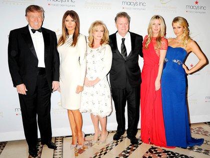 Familia y amigos. Donald Trump, Melania Trump, Kathy Hilton, Richard Hilton (sus padres), Nicky Hilton y Paris Hilton en la gala de los Premios Visión y Realidad de la Fundación de la Escuela Europea de Economía en Nueva York (Shutterstock)