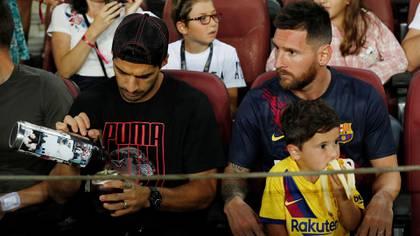 Mateo Messi acompañó a su padre y a Luis Suárez en las tribunas del Camp Nou (Reuters)