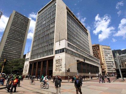 Foto de archivo. Personas caminan frente al edificio del Banco Central en Bogotá, Colombia, 7 de abril, 2015. REUTERS/José Miguel Gómez