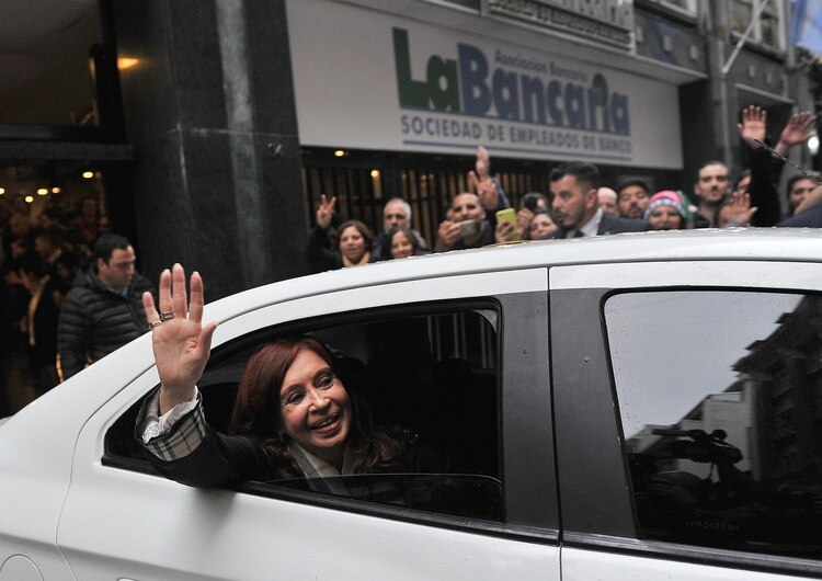 La ex presidente saluda tras la reunión (foto Maximiliano Luna)