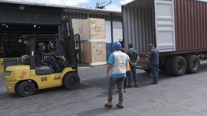 Llegó el primer cargamento con 50 congeladores a Venezuela