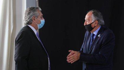 Alberto Fernández y Miguel Acevedo, de la UIA, en Olivos
