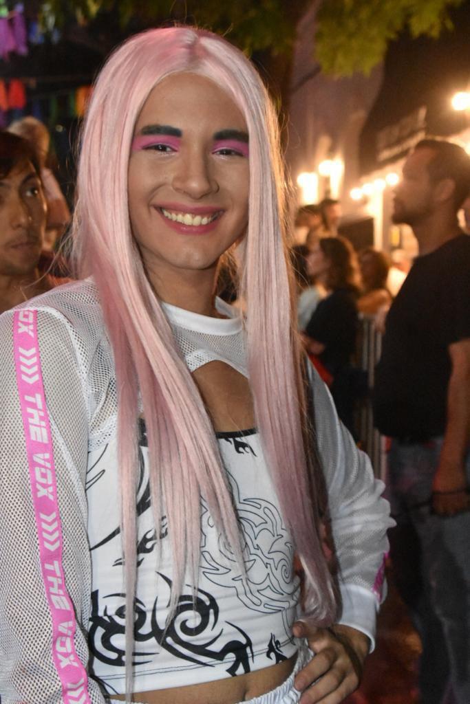 La artista y joven cantante drag La Queen brindó un show en el cierre del festival