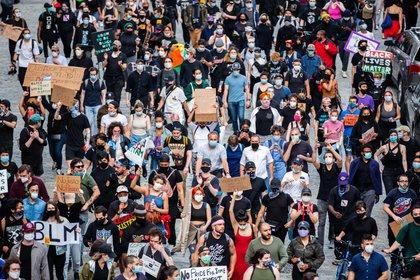 Manifestantes protestando en contra de la brutalidad policiaca y el racismo marchan en Manhattan, el 6 de junio de 2020. (Demetrius Freeman/The New York Times)