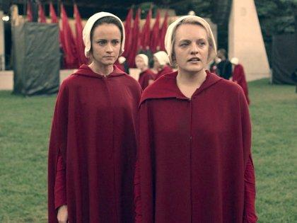 Alexis Bledel y Elisabeth Moss.