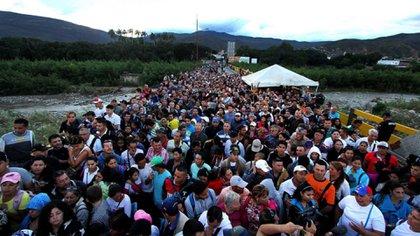 Miles de venezolanos cruzan la frontera para escapar de la crisis económica que vive su país