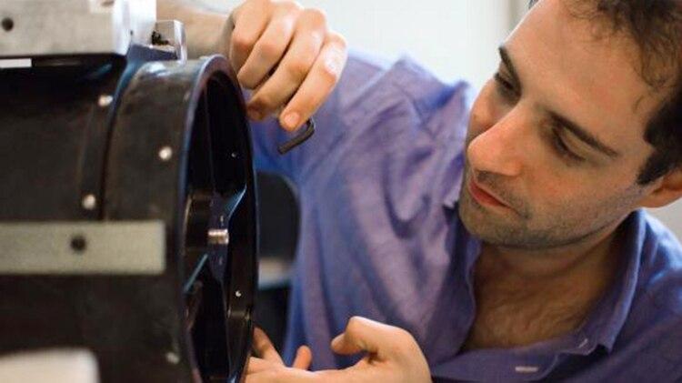 Kargieman supervisa la construcción de uno de los componentes satelitales