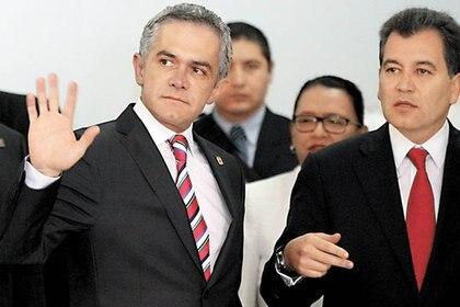 Mancera y Julio César Serna, ex coordinador general y administrador de la Central de Abastecimiento (Foto: Especial)