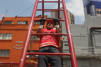 José Luis, entrenador personal en las barras de Insurgentes, Ciudad de México, durante la ejecución de ejercicios. Abril 15, 2021. Foto: Karina Hernández / Infobae