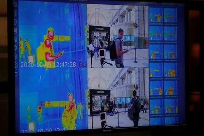 Una cámara termal capta la imagen de un pasajero con mascarilla, como protección contra la pandemia del COVID-19, en la estación de trenes de Retiro, en Buenos Aires, Argentina. 9 oct, 2020. REUTERS/Agustin Marcarian