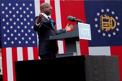 El reverendo Raphael Warnock durante un acto de campaña del Partido Demócrata (REUTERS/Mike Segar?/File Photo)