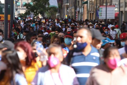 CIUDAD DE MÉXICO, 15NOVIEMBRE2020.- Capitalinos asistieron a las calles del Centro Histórico sin respetar la sana distancia para evitar contagios de Covid-19. La capital continúa en Semáforo Naranja debido a la pandemia del Coronavirus. FOTO: GRACIELA LÓPEZ/CUARTOSCURO