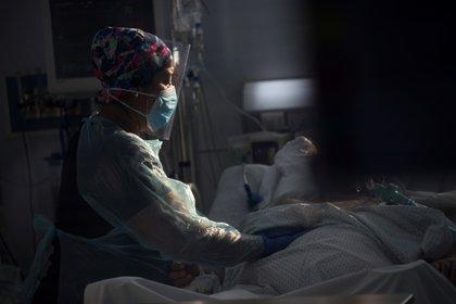 Personal sanitario atiende a un paciente afectado por la COVID-19, en la Unidad de Cuidados Intensivos del Hospital Clínico de la Universidad de Chile, en Santiago (Chile). EFE/ Alberto Valdes/Archivo