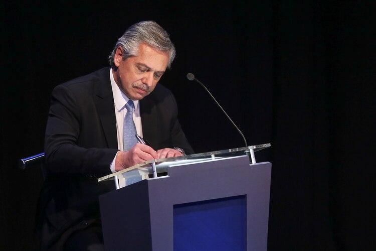 Alberto Fernández toma nota durante el debate presidencial