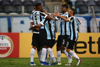 Jugadores de Gremio celebran un gol de Paulo Miranda (i) hoy, en un partido de la Copa Sudamericana entre Gremio y La Equidad en el estadio Arena do Gremio en Portoalegre (Brasil). EFE/Diego Vara