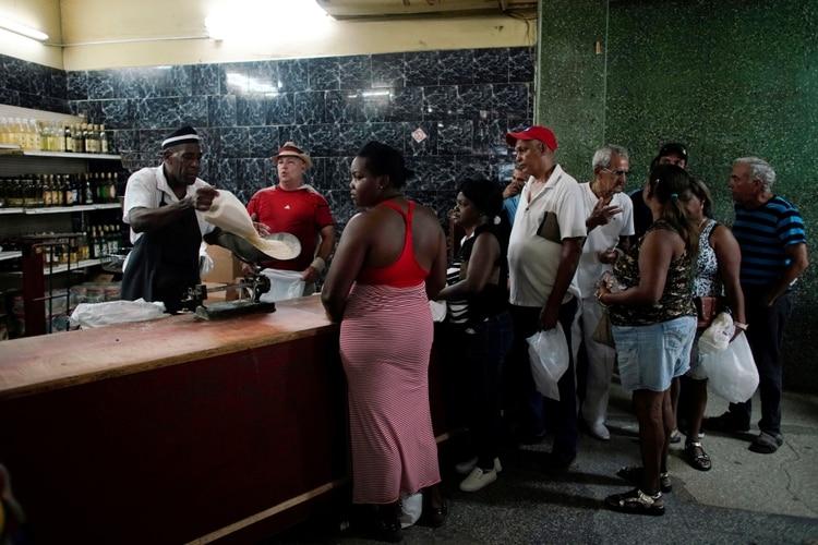 Cubanos hacen cola para comprar arroz en una tienda del estado en La Habana (REUTERS/Alexandre Meneghini)