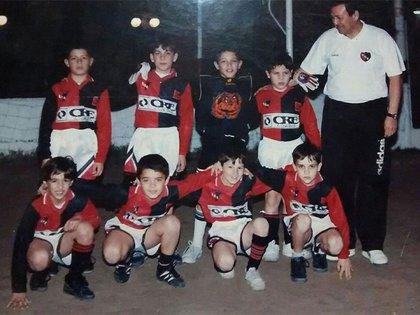 Leguizamón tiene el buzo de arquero y Messi está abajo, tercero de izquierda a derecha