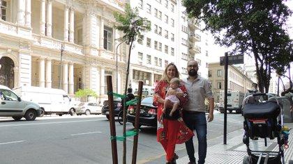La familia de Esmeralda junto al árbol que la Ciudad plantó en Callao 453.