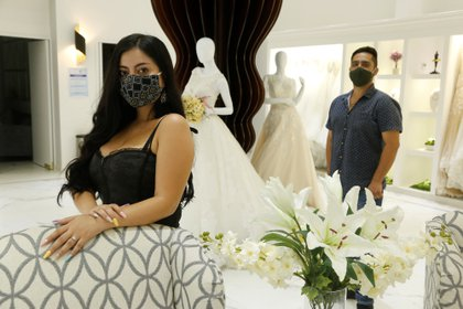 Denisse Rodríguez y su prometido Martín García mientras posan después de una entrevista, en la ciudad de Guadalajara (Foto: EFE)