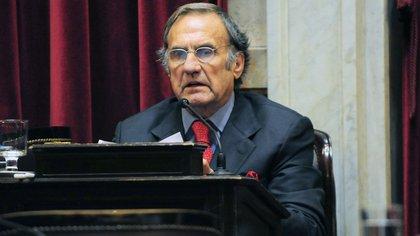 Carlos Reutemann en su banca del Senado  Télam 162