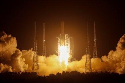 El cohete Larga Marcha 5 Y5 durante el despegue desde Wenchang (REUTERS/Tingshu Wang)