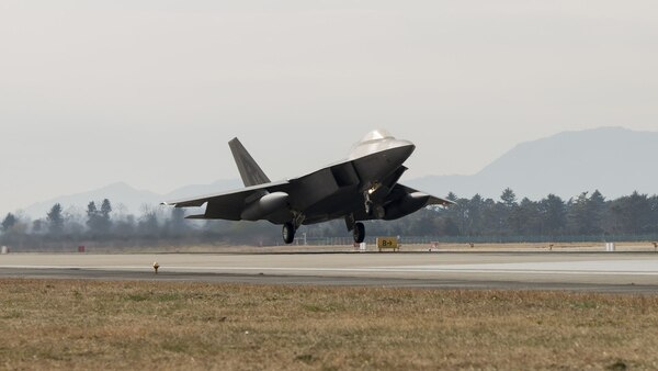 F-22 Raptor con tanques suplementarios de combustible, que le permitan un mayor radio de acción (AFP)