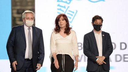 """Alberto Fernández, Cristina Kirchner y Axel Kicillof en el acto del 18 de diciembre en La Plata en que la vicepresidente fijó el rumbo de la política económica: """"alinear precios"""" y """"repensar"""" el sistema de salud. La cuestión es el cómo (Marcos Gomez)"""