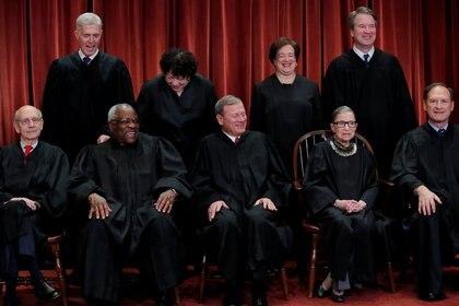 Miembros de la Corte Suprema de Estados Unidos antes de la muerte de Ruth Bader Ginsburg.  Foto: REUTERS / Jim Young