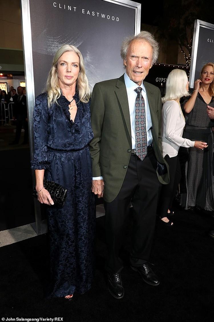 Clint Eastwood junto a su novia Christina, con quien mantiene una relación desde 2014 (Foto: AP)
