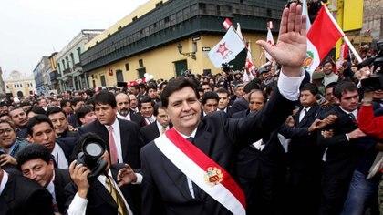 Alan García en la inauguración de su mandato en 2006 (REUTERS/Ivan Alvarado/File Photo)