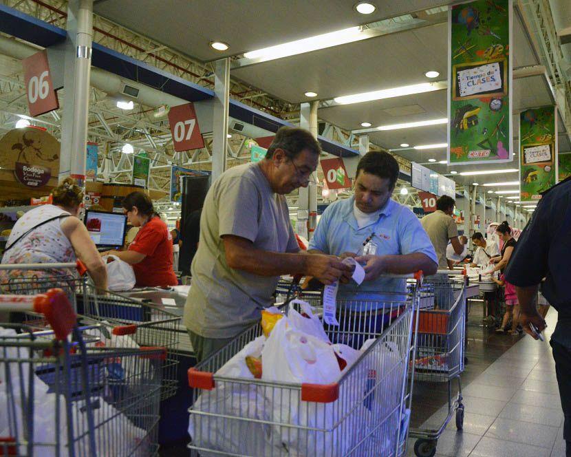 Los consumidores hacen a diario el control de los precios de sus compras (NA)
