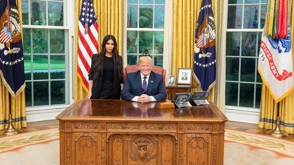 Donald Trump compartió en su cuenta de Twitter esta foto con Kim Kardashian en el Salón Oval