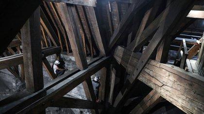 La estructura de madera del techo de Notre Dame, donde se habría iniciado el fuego, se encontraba con trabajos de restauración (Foto: AFP)