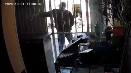 Celaya, Guanajuato. Un sujeto armado disparó contra los empleados de un negocios de eléctricos (Foto: Captura de pantalla)