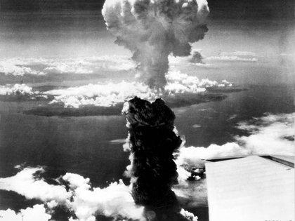 """El hongo de humo y escombros se eleva sobre Nagasaki tras la explosión de """"Fat Man"""", el 9 de agosto de 1945 (U.S. Air Force/REUTERS/Archivo)"""
