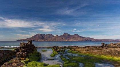 Con solo 104,6 kilómetros cuadrados de territorio, la isla de Rum constituye una de las islas pequeñas de las Hébridas Interiores, que forman parte de la administración de Lochaber, en las Highlands de Escocia. (IG: @theisleofrum)