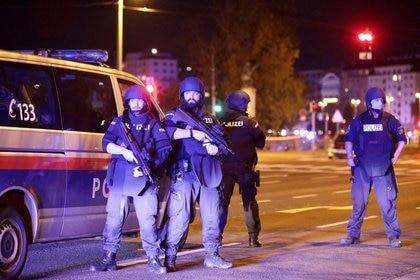 La policía bloquea una calle cerca de la plaza Schwedenplatz tras un tiroteo en Viena, Austria, Noviembre 2, 2020.. REUTERS/Lisi Niesner