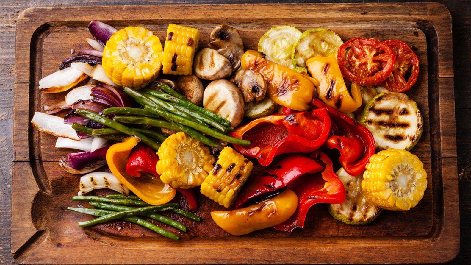 Los antioxidantes se encuentran en las frutas llenas de fibra, así como en las verduras crucíferas como el brócoli (Shutterstock)