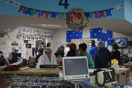 Trabajadores de la salud cuidan a pacientes infectados con COVID-19 en el United Memorial Medical Center en Houston, Texas, el 31 de diciembre de 2020 (REUTERS/Callaghan O'Hare)