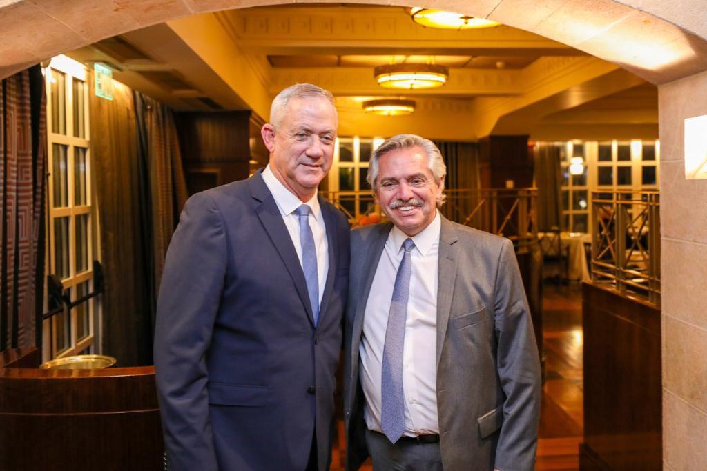Alberto Fernández y el ex general Benny Gantz durante la reunión que mantuvieron en Jerusalén