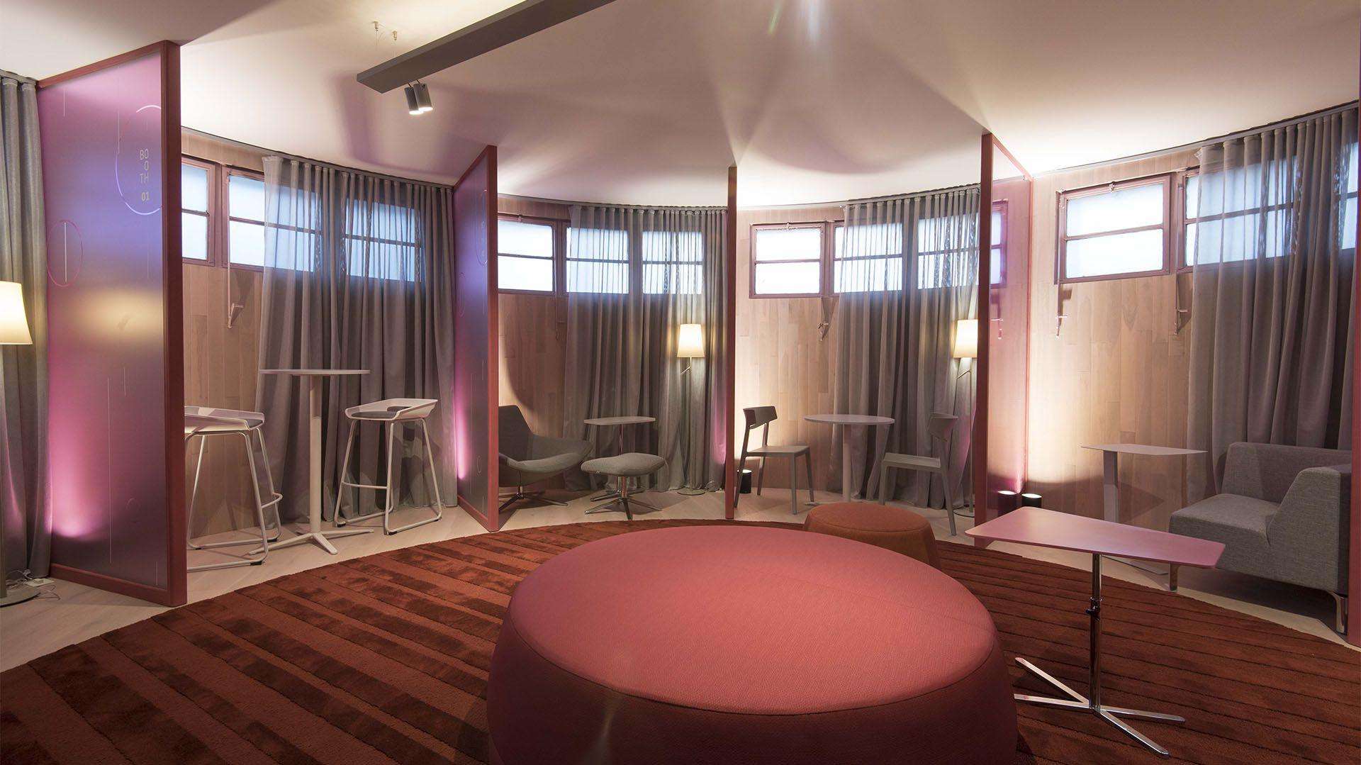 Los arquitectos Juan Caram, Flavio Domínguez y Diego Segoura tuvieron a su cargo el espacio de coworking. Para su realización eligieron el color rosa y un mobiliario que permite desarrollar las diferentes tareas de trabajo, con lugares de mayor y menor privacidad
