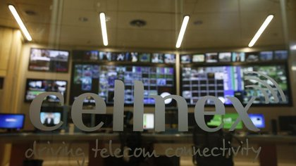En la imagen, el logo de Cellnex en un cristal en Torrespaña (Madrid) el 10 de marzo de 2016. REUTERS/Sergio Pérez