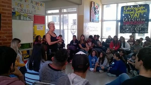 En un colegio, educando a los alumnos