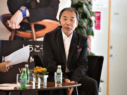 El escritor japonés Haruki Murakami asiste a un evento de lectura en la librería Odense en Odense, Dinamarca, domingo 30 de octubre del 2016. Scanpix Denmark/Henning Bagger/via REUTERS