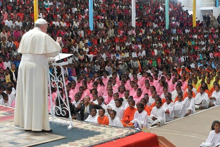 La misa del Papa ante la comunidad Akamasoa, organizada por el padre Pedro Opeka, en Madagascar (Reuters)