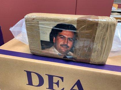 Un paquete de fentanilo decomisado en EEUU. Los contrabandistas utilizaron la imagen del capo colombiano, Pablo Escobar (Foto: dea.gov)
