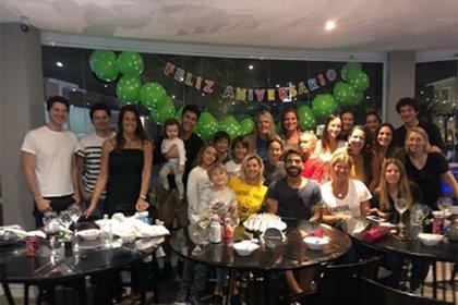 Mariano Martínez, Camila Cavallo y Juliana Giambroni celebrando el cumple de Matías Di Chiara . (Foto: Instagram)