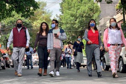 Personas en la calle en la Ciudad de México tras el sismo (REUTERS/Carlos Jasso)