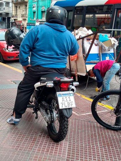 La foto viral de Javier Alakran desclazo a bordo de su moto y el joven cartonero atándose sus zapatillas nuevas